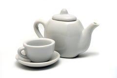 Théière et tasse de thé blanches d'isolement Photos stock