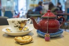Théière et tasse rouges de thé photos stock