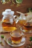 Théière et tasses de tisane sur la table en bois Photos libres de droits