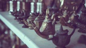 Théière gravée par turc en métal de vintage images libres de droits