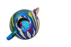 Théière peinte multicolore d'isolement sur le fond blanc avec l'espace de copie Photos libres de droits