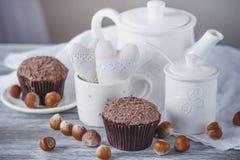 Théière, petits gâteaux et différentes décorations Photographie stock