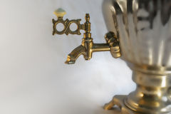 Théière russe avec la fontaine d'eau Photographie stock