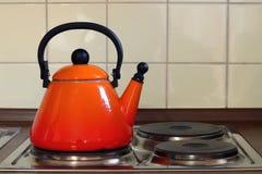 Théière sur le four de cuisine Photo stock