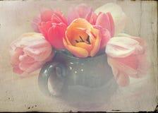 Théière verte affligée de jolies tulipes image stock