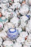 Théières antiques sur un marché aux puces chinois, Pékin, Chine Photographie stock