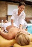 Thérapeute de massage faisant un massage arrière images libres de droits