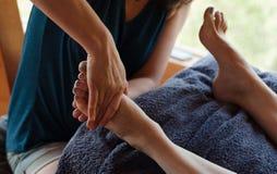 Thérapeute de pied de réflexothérapie Images stock