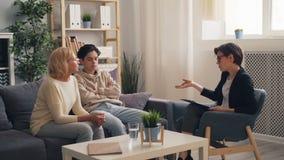 Thérapeute de visite d'adolescent préoccupé avec la mère, femme parlant demandant le conseil banque de vidéos