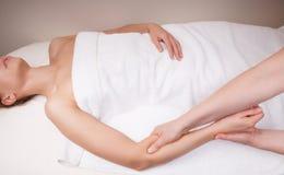 Thérapeute faisant le massage profond de tissu sur l'avant-bras d'une femme Images stock