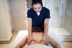 Thérapeute massant le patient à la station thermale de bien-être images libres de droits