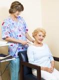 Thérapeute physique utilisant l'ultrason Image libre de droits