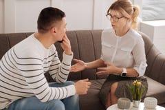 Thérapeute professionnel positif donnant des conseils Photo libre de droits