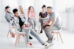 Thérapeute travaillant avec la jeunesse difficile image stock