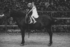Thérapie équine, concept de récréation Ami, compagnon, amitié Sport, activité, divertissement filles d'école d'équitation Photo libre de droits