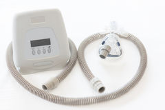 Thérapie d'apnée du sommeil, machine de CPAP avec le masque et tuyau Photos stock