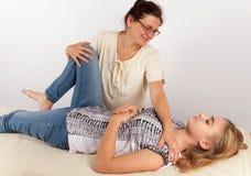 Thérapie de Bowen d'une jeune femme images stock
