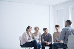 Thérapie de groupe pour l'inquiétude sociale image libre de droits
