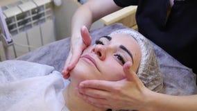 Thérapie de massage facial de photo procédures anti-vieillissement banque de vidéos