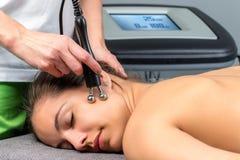 Thérapie de réception patiente femelle d'électrothérapie sur le visage Images libres de droits