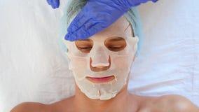 Thérapie de station thermale pour les hommes beaux recevant le masque facial 4K Mouvement lent Réception d'un cosmetologist banque de vidéos