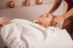 Thérapie de station thermale pour rendre votre peau lisse image libre de droits