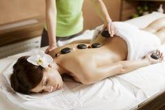 Thérapie en pierre chaude de massage Photos libres de droits