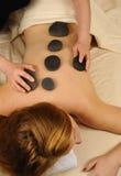 Thérapie en pierre minérale chaude de massage Images libres de droits