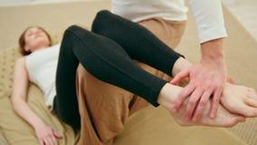 Thérapie traditionnelle de la Thaïlande pour des nourritures - la femelle obtient le massage de jambes banque de vidéos