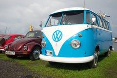 1950th岁月的大众T1 Kombi大众甲壳虫汽车和面包车在陈列游行的减速火箭的汽车 免版税库存照片