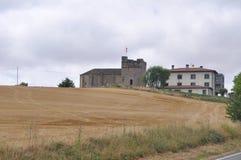 13th århundrade stärkt kyrka nära Pamplona, Spanien Arkivfoto