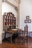 18th århundradeapotekare eller apotek i den Mafra slotten Arkivbild