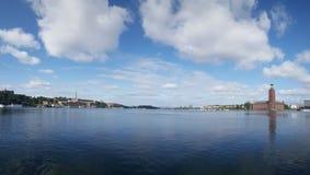18th århundradehus och den Stockholm stadshusbyggnaden Royaltyfria Foton
