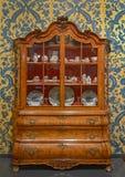 18th århundradekabinett som fylls med porslin Arkivfoton