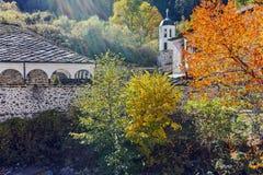 19th århundradekyrka av antagandet, floden och höstträdet i stad av Shiroka Laka, Bulgarien Royaltyfria Bilder