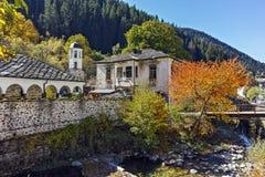 19th århundradekyrka av antagandet, floden och höstträdet i stad av Shiroka Laka, Bulgarien Royaltyfri Foto