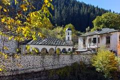 19th århundradekyrka av antagandet, floden och höstträdet i stad av Shiroka Laka, Bulgarien Royaltyfri Fotografi