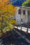 19th århundradekyrka av antagandet, floden och höstträdet i stad av Shiroka Laka, Bulgarien Arkivbilder