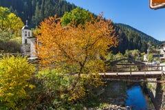 19th århundradekyrka av antagandet, floden och höstträdet i stad av Shiroka Laka, Bulgarien Royaltyfria Foton