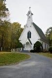 th дороги красивейшей церков ведущий маленький к белизне стоковые фотографии rf