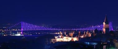 桥梁在Th火鸡查阅的伊斯坦布尔晚上 免版税库存图片