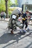 在伦敦马拉松2012年4月22th日的乐趣赛跑者 库存图片