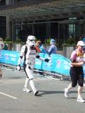 在伦敦马拉松2012年4月22th日的乐趣赛跑者 库存照片