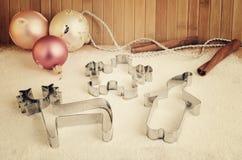Подкрашиванные резцы печенья изображения и украшения рождественской елки на th Стоковые Фотографии RF