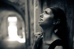 有哀伤面孔哭泣的妇女 哀伤的表示,哀伤的情感,绝望,悲伤 情志过极和痛苦的妇女 妇女单独坐Th 免版税库存照片