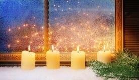4th Advent, fönstergarneringar Arkivbild
