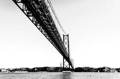 25th april bro i Lissabon i svartvitt, Portugal Arkivfoto