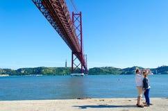 25th april bro i Lissabon, Portugal Arkivfoton