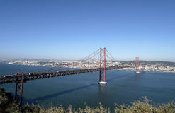 25th av April Bridge i Lissabon, Portugal Royaltyfria Bilder