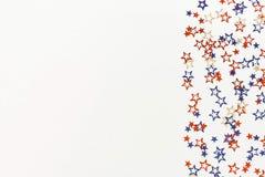 4th av blåa och röda stjärnagarneringar för Juli amerikanska självständighetsdagen på vit bakgrund Royaltyfri Fotografi